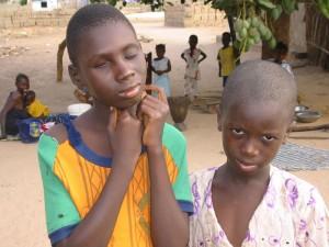 Het linker jongetje gaat naar de school voor blinden