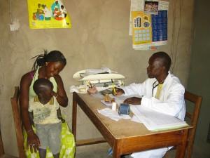 De gezondheidswerker aan het werk in Macouda