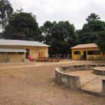 Links het gerenoveerde gezondheidscentrum in Katack