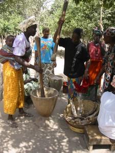 Vrouwen stampen rijst