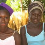 Kumba (rechts) gaat weer naar school