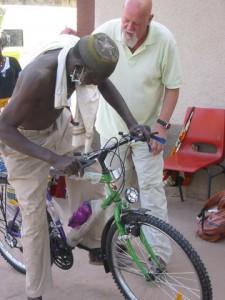 Jan Dinkelaar en Mama Saho op zijn nieuwe fiets