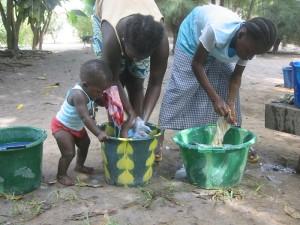 Helpen met kleren wassen