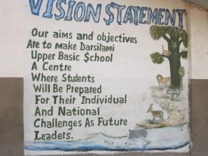 Op de buitenmuur van de middle school in Darsilami