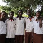 Vijf jongeren die examen moeten doen voor de middle school