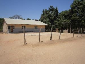 Gezondheidscentrum met daarachter de kinderspeelplaats
