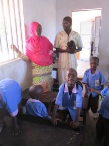 Tabo gaat kijken waar de gehandicapte Byeparteh naar school gaat in Brikama
