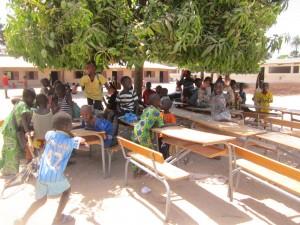 Leerlingen op het schoolplein