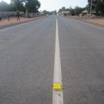 De weg van Brikama naar Darsilami