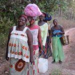 Vrouwen uit Darsilami komen terug van hun groentetuin