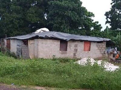 Dak en muur beschadigd door storm en regen