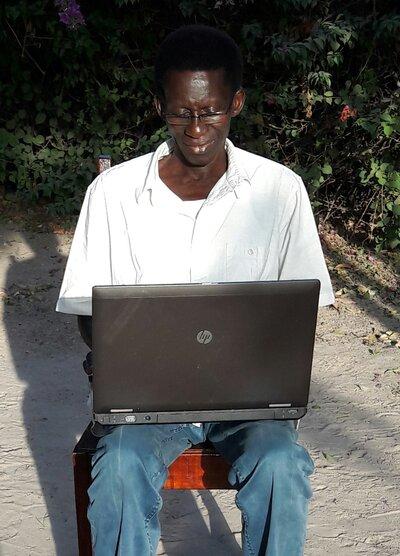 Tabo probeert zijn gekregen laptop (van een school in NL)